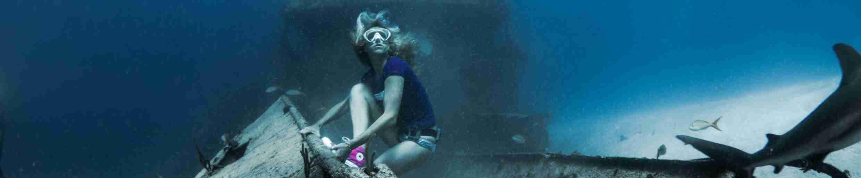 Фото девушки фридайвера в кедах с акулой